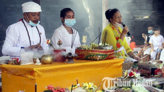 Umat Hindu mengikuti persembahyangan Hari Raya Kuningan di Pura Agung Raksa Buana, Medan, Sabtu (26/9/2020). Hari Raya Kuningan merupakan rangkaian dari Hari Raya Galungan yaitu perayaan kemenangan