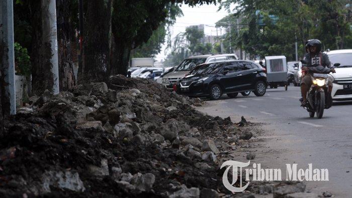 Berita Foto: Tumpukan Tanah Galian Drainase yang Belum Diangkat dapat Memicu Kemacetan - 26112019_tanah_galian_drainase_danil_siregar-1.jpg