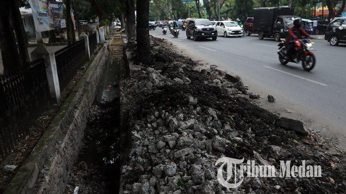 Berita Foto: Tumpukan Tanah Galian Drainase yang Belum Diangkat dapat Memicu Kemacetan - 26112019_tanah_galian_drainase_danil_siregar-2.jpg