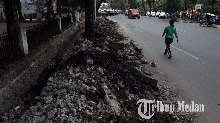 Berita Foto: Tumpukan Tanah Galian Drainase yang Belum Diangkat dapat Memicu Kemacetan - 26112019_tanah_galian_drainase_danil_siregar-3.jpg