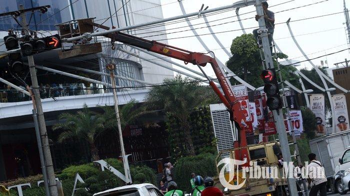 Berita Foto: Pemasangan dan Perbaikan Traffic Light untuk Memperlancar Arus Mudik Nataru - 26122019_pemasangan_traffic_light_danil_siregar-1.jpg