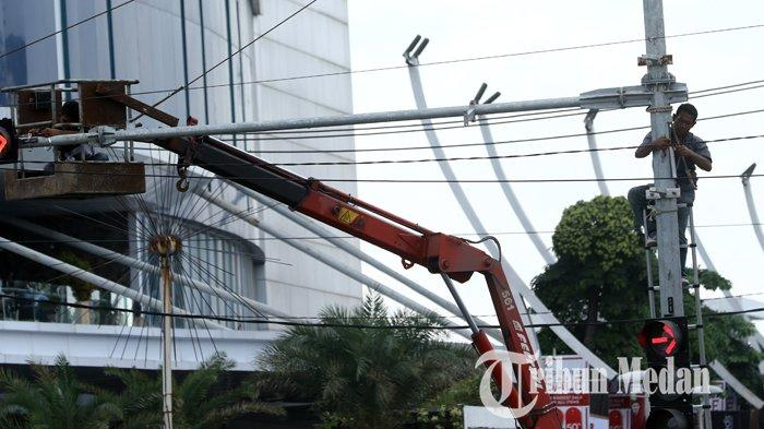 Berita Foto: Pemasangan dan Perbaikan Traffic Light untuk Memperlancar Arus Mudik Nataru - 26122019_pemasangan_traffic_light_danil_siregar-2.jpg