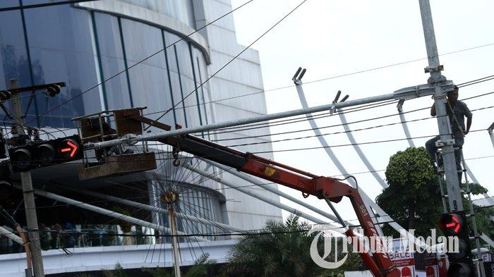 Berita Foto: Pemasangan dan Perbaikan Traffic Light untuk Memperlancar Arus Mudik Nataru - 26122019_pemasangan_traffic_light_danil_siregar.jpg