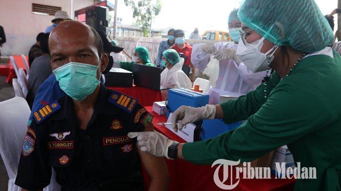 Petugas kesehatan menyuntikan vaksin Covid-19 Sinovac kepada petugas Dinas Perhubungan Medan, di Terminal Pinang Baris, Medan, Sabtu (27/2/2021). Pelaksanaan vaksinasi kepada para pengemudi transportasi umum di Kota Medan, untuk mencegah penularan Covid-19.