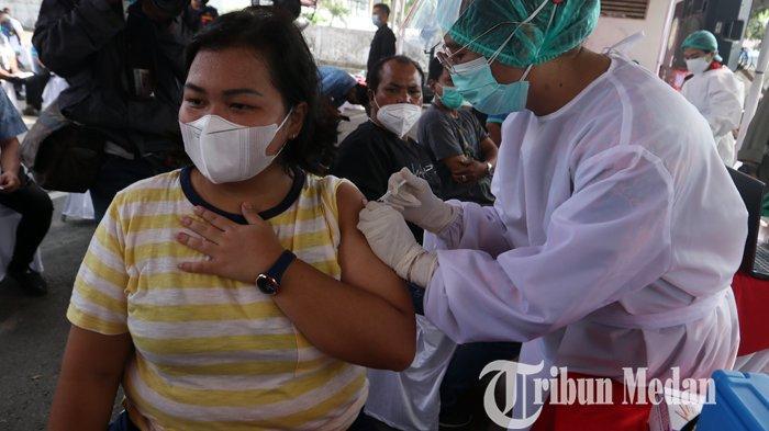 Petugas kesehatan menyuntikan vaksin Covid-19 Sinovac kepada para pengemudi transportasi umum di Terminal Pinang Baris, Medan, Sabtu (27/2/2021). Pelaksanaan vaksinasi kepada para pengemudi transportasi umum di Kota Medan, untuk mencegah penularan Covid-19.