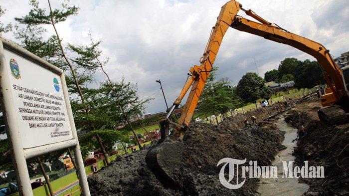 Berita Foto: Pekerja Melakukan Normalisasi Sungai untuk Antisipasi Banjir di Medan