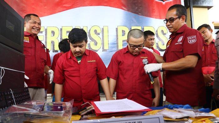 Foto-Foto Polda Sumut Gelar Kasus Penangkapan Sembilan Tersangka Agen Judi Online - 28022019_kasus_judi_online_danil_siregar-1.jpg