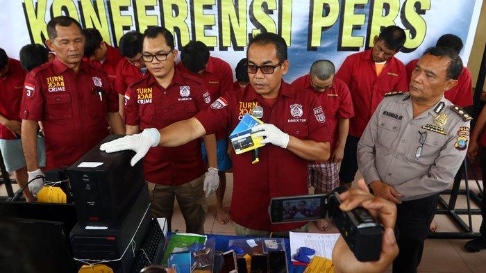 Foto-Foto Polda Sumut Gelar Kasus Penangkapan Sembilan Tersangka Agen Judi Online - 28022019_kasus_judi_online_danil_siregar-2.jpg
