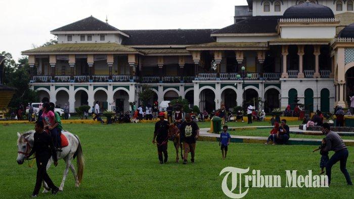 Warga berwisata di areal Istana Maimun, Medan, Kamis (29/10/2020). Istana yang merupakan salah satu objek wisata sejarah kebanggaan masyarakat Medan itu dibangun pada 26 Agustus 1888, dan kini mulai ramai dikunjungi saat liburan.