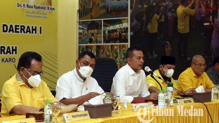 Ketua DPD Partai Golkar Sumut Musa Rajekshah (tengah) memberikan keterangan saat konferensi pers di Kantor Golkar Sumut, Medan, Selasa (30/3/2021). Partai Golkar Sumut segera menggelar pelaksanaan Rakerda dan Rapimda di Kabupaten Karo pada 3-4 April 2021 mendatang.