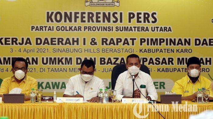 Ketua DPD Partai Golkar Sumut Musa Rajekshah (dua kanan) memberikan keterangan saat konferensi pers di Kantor Golkar Sumut, Medan, Selasa (30/3/2021). Partai Golkar Sumut segera menggelar pelaksanaan Rakerda dan Rapimda di Kabupaten Karo pada 3-4 April 2021 mendatang.