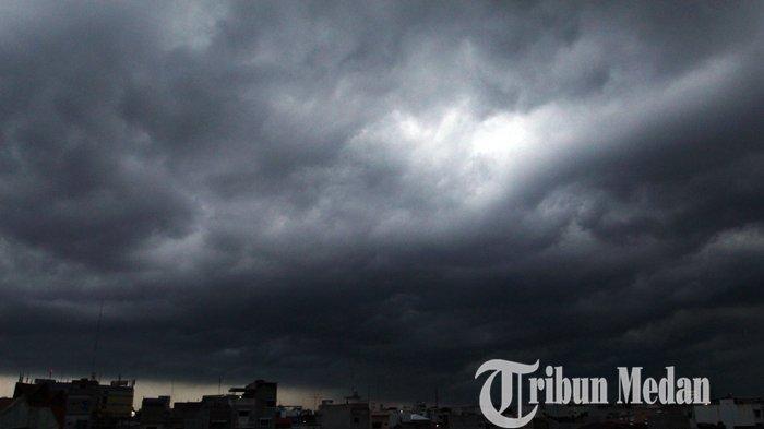 Awan hitam menyelimuti langit Medan, Jumat (30/10/2020). Badan Meteorologi, Klimatologi, dan Geofisika (BMKG) Wilayah I Medan memaparkan sejumlah daerah yang diprakirakan yang bakal terdampak hujan lebat.