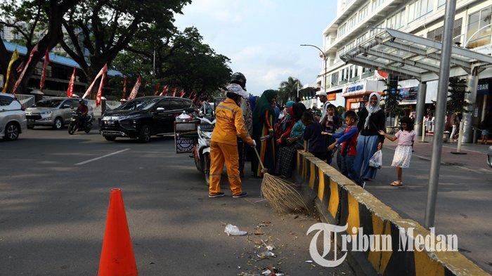 Berita Foto: Petugas Rutin Membersihkan Sampah Warga yang Membuang Sembarangan - 30122019_petugas_kebersihan_danil_siregar-1.jpg