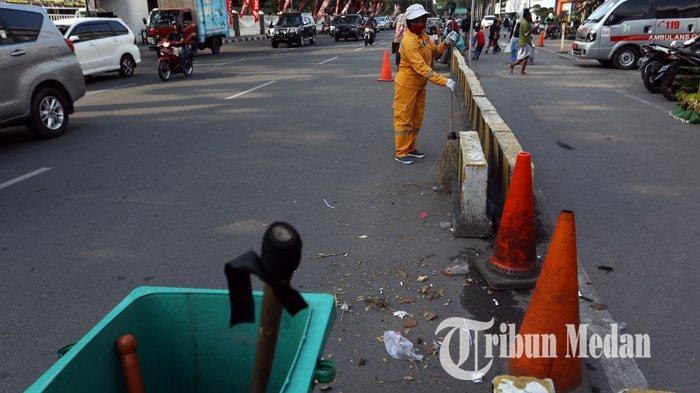Berita Foto: Petugas Rutin Membersihkan Sampah Warga yang Membuang Sembarangan - 30122019_petugas_kebersihan_danil_siregar-2.jpg