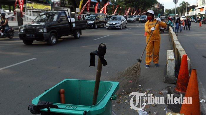 Berita Foto: Petugas Rutin Membersihkan Sampah Warga yang Membuang Sembarangan - 30122019_petugas_kebersihan_danil_siregar-3.jpg