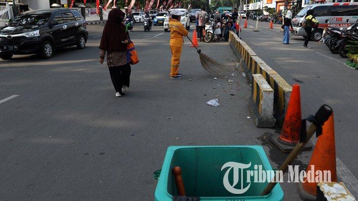Berita Foto: Petugas Rutin Membersihkan Sampah Warga yang Membuang Sembarangan - 30122019_petugas_kebersihan_danil_siregar.jpg