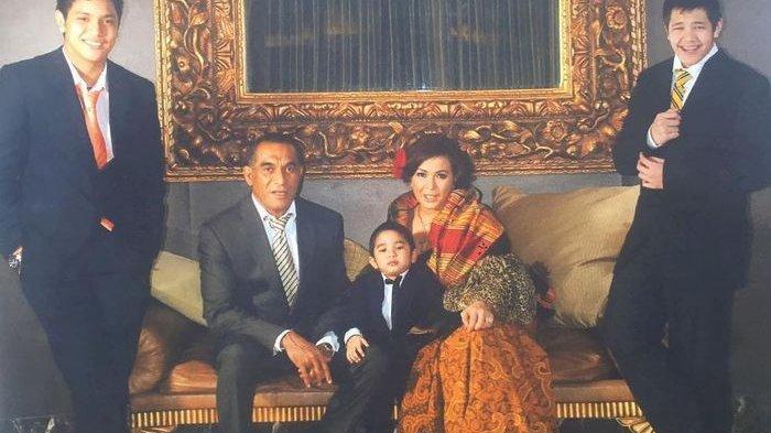 Jennifer Jill, mendiang Maxwell Armand dan ketiga putra mereka.