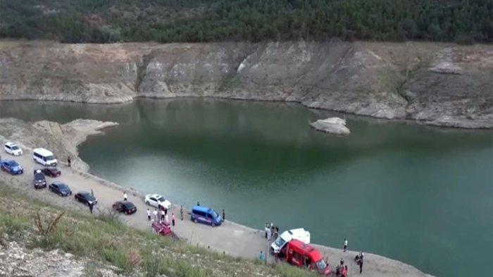 Sebuah pesta ulang tahun mendadak berubah menjadi pemakaman karena peristiwa tragis yang menimpa satu keluarga ini. Lima orang anggota keluarga tenggelam di danau.
