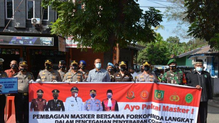 Polres Langkat bersama Pemerintah Kabupaten Langkat membagikan 5000 masker kepada penggunakan. Kegiatan ini sebagai bentuk sosialisasi Covid-19 di Kota Stabat.