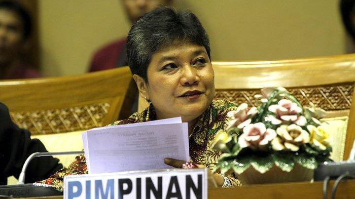 Ketua Komisi IX DPR RI, Ribka Tjiptaning saat menghadiri Rapat Dengar Pendapat Komisi IX DPR RI dengan Menakertrans, di Gedung Parlemen, Senayan, Jakarta, Selasa (20/11/2012).