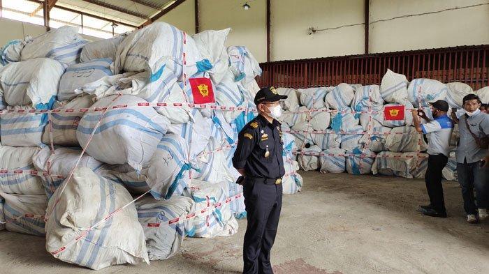Bea Cukai Teluknibung Amankan 783 Bal Baju Bekas dari Malaysia di Perairan Sei Berombang