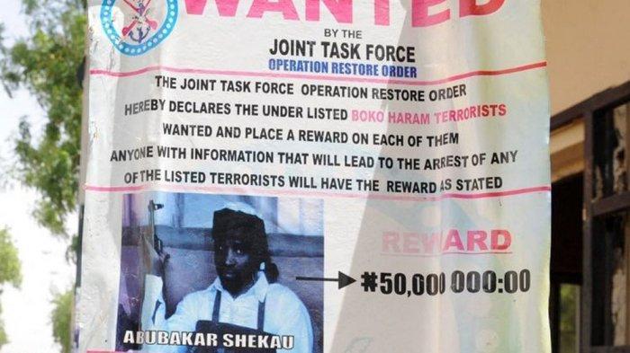 Sebuah poster pada 2013 menjanjikan hadiah untuk informasi atas Abubakar Shekau, pemimpin militan Boko Haram, yang fotonya terpampang dalam pengumuman tersebut.