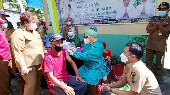 Momen Wabup Sergai Bercanda dengan Lansia yang Ikut Vaksinasi, Adlin: Kok Nampak Muda
