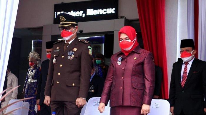 Pemerintah Kabupaten Deli Serdang melaksanakan upacara bendera Peringatan Hari Ulang Tahun (HUT) ke-76 Kemerdekaan RI tahun 2021, yang dipusatkan di halaman Kantor Bupati Deli Serdang, Selasa (17/8/2021) Lubuk Pakam, Deli Serdang.