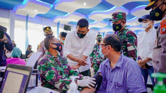 Bobby Nasution Tinjau Vaksinasi Massal di Belawan, 10.000 Warga Medan Berpartisipasi