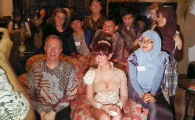 Penampilan Super Seksi Agnes Monica di Kediaman Dubes AS