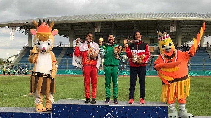 Agustina Mardika Manik (Tengah) mendapatkan medali emas di ajang PON XX Papua dalam cabang olah raga lari nomor 800 meter.