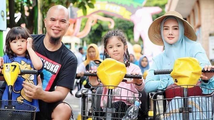 Ahmad Dhani dan Mulan Jameela bersama anak-anaknya