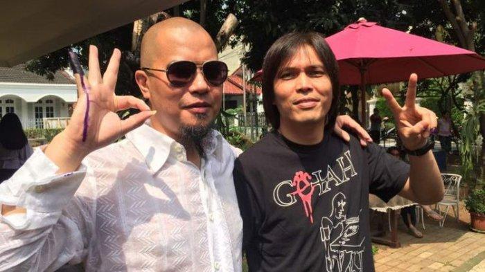 Ahmad Dhani (kiri) dan Once Mekel mencoblos di TPS 24 Pinang Swasa, Pondok Indah, Jakarta Selatan, dalam Pilkada DKI Jakarta 2017 putaran kedua, pada Rabu (19/4/2017).(KOMPAS.com/TRI SUSANTO SETIAWAN)