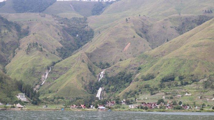 Pesona Air Terjun Sitapigagan Bonan Dolok Samosir, Diapit Perbukitan Savana yang Indah