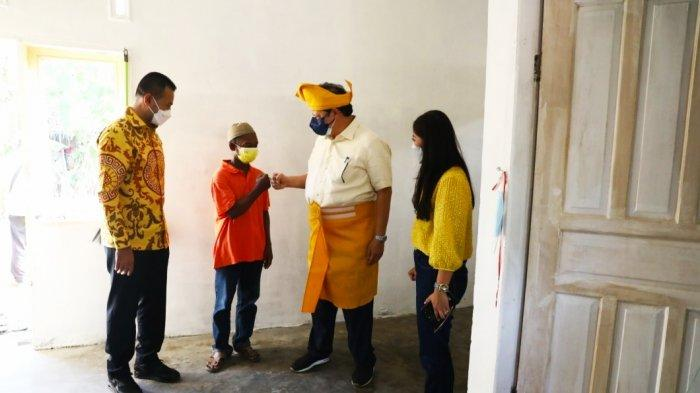 Ketua Umum Airlangga Hartarto bersalaman dengan pemilik rumah setelah melihat langsung hasil bedah rumah yang dilakukan DPD Partai Golkar Sumut di Desa Regemuk Kecamatan Pantai Labu, Kabupaten Deli Serdang, Kamis (9/9/2021) sore.