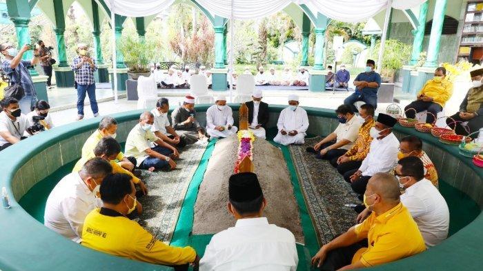 Menteri Perekonomian Airlangga Hartarto berziarah ke makam Almarhum H. Anif Bin Gulrang Shah di halaman Masjid Al Musannif, Cemara Asri, Kamis (9/9/2021).