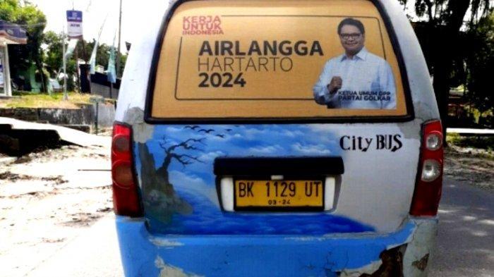 Wajah Ketum Golkar Bertebaran di Angkot, Warga Ngeluh Namun Sopir Merasa Gembira