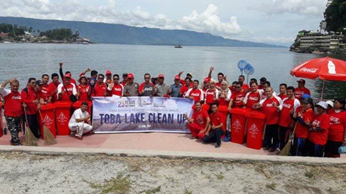 Coca Cola Amatil Indonesia Aksi Bersih di Danau Toba