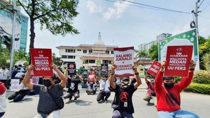Puluhan Wartawan Adakan Aksi Bungkam Melakban Mulut Protes Arogansi Pengamanan di Balai Kota