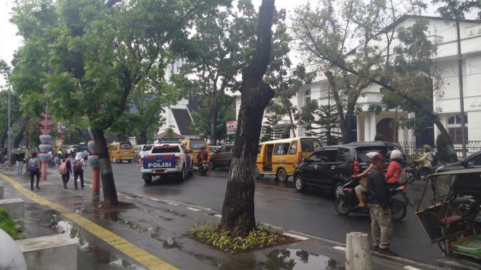 Buruh Gelar Aksi, Jalan Diponegoro Macet