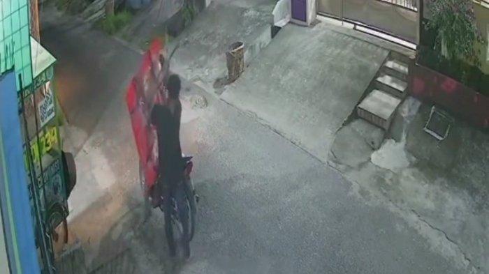 Terekam CCTV Dua Pria Mencuri Meja Jualan, Modus Pelaku Pura-pura Tawarkan Barang