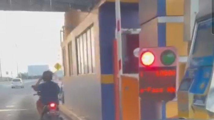 VIRAL Emak-emak Nekat Bawa Sepeda Motor Masuk Jalan Tol, Bayar Pakai E-Toll di Pintu Tol dan Lolos