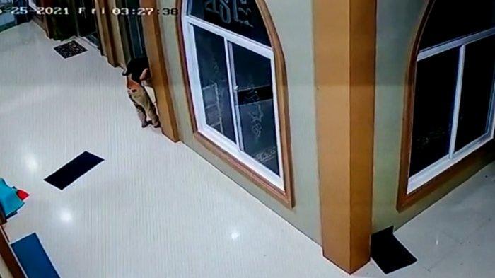Terekam CCTV, Pria di Asahan Mencuri Kotak Infak Dengan Membawa Senjata Tajam