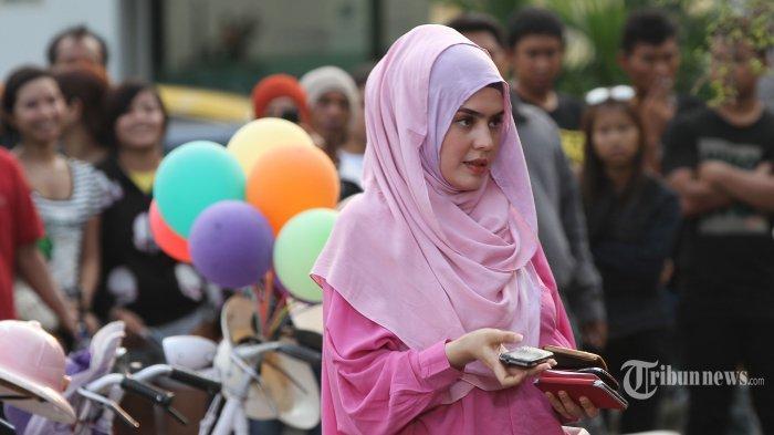 Aktris, Carissa Putri tengah menjalani syuting film Hijab di kawasan Kota Tua, Jakarta Barat, Senin (13/10/2014). Setelah hampir empat tahun vakum, kini aktris yang terkenal berkat peran Maryam dalam film Ayat-Ayat Cinta tersebut kembali memutuskan untuk berakting dalam film besutan sutradara kondang, Hanung Bramantyo itu. (Tribunnews/Jeprima)