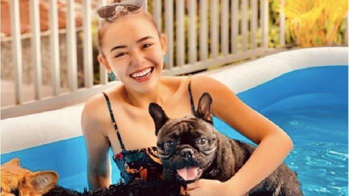 Amanda Manopo tampak sedang Berenang dan Bermain Bersama Anjingnya