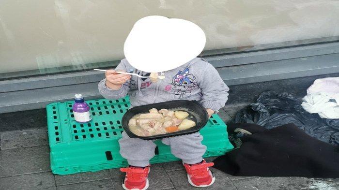 Tak Punya Rumah Karena Pandemi Covid-19, Potret Anak 4 Tahun Makan di Jalanan Buat Masyarakat Geram