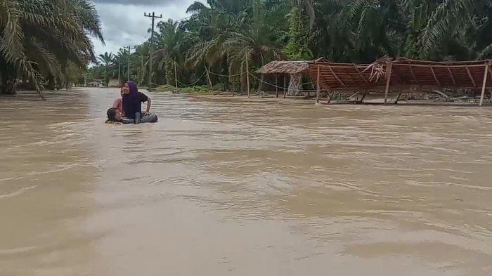Banjir Rendam Tiga Desa di Asahan, Sejumlah Anak Berenang dan Main Sampan, Warga Sebut Sudah Biasa