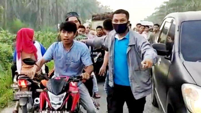 Seorang Ibu Pingsan di Jalan Akibat Ulah Norak Anak-anak Kampung di Air Joman yang Geber-geber Motor