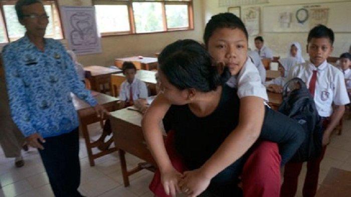Perjuangan Seorang Ibu yang Rela Gendong Anaknya Pergi-pulang ke Sekolah Setiap Hari
