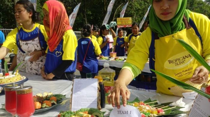 Masyarakat Siantar Kreasikan Makanan Sehat di Acara Senam Jantung Sehat - aneka-makanan-yang-dikreasikan-masyarakat-kota-siantar-di-acara_20151122_121840.jpg